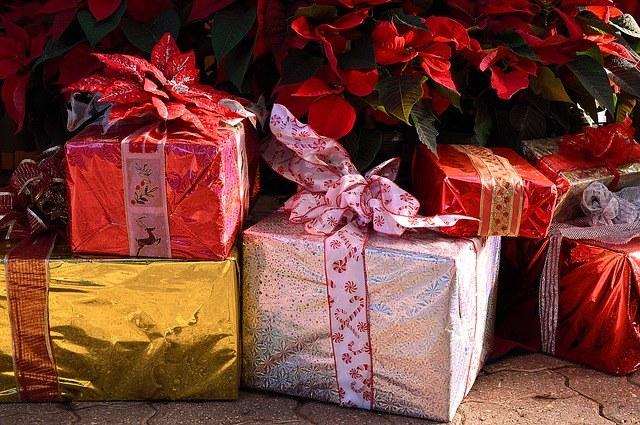 Presents-1898550_640 by ErikaWittlieb on Pixabay